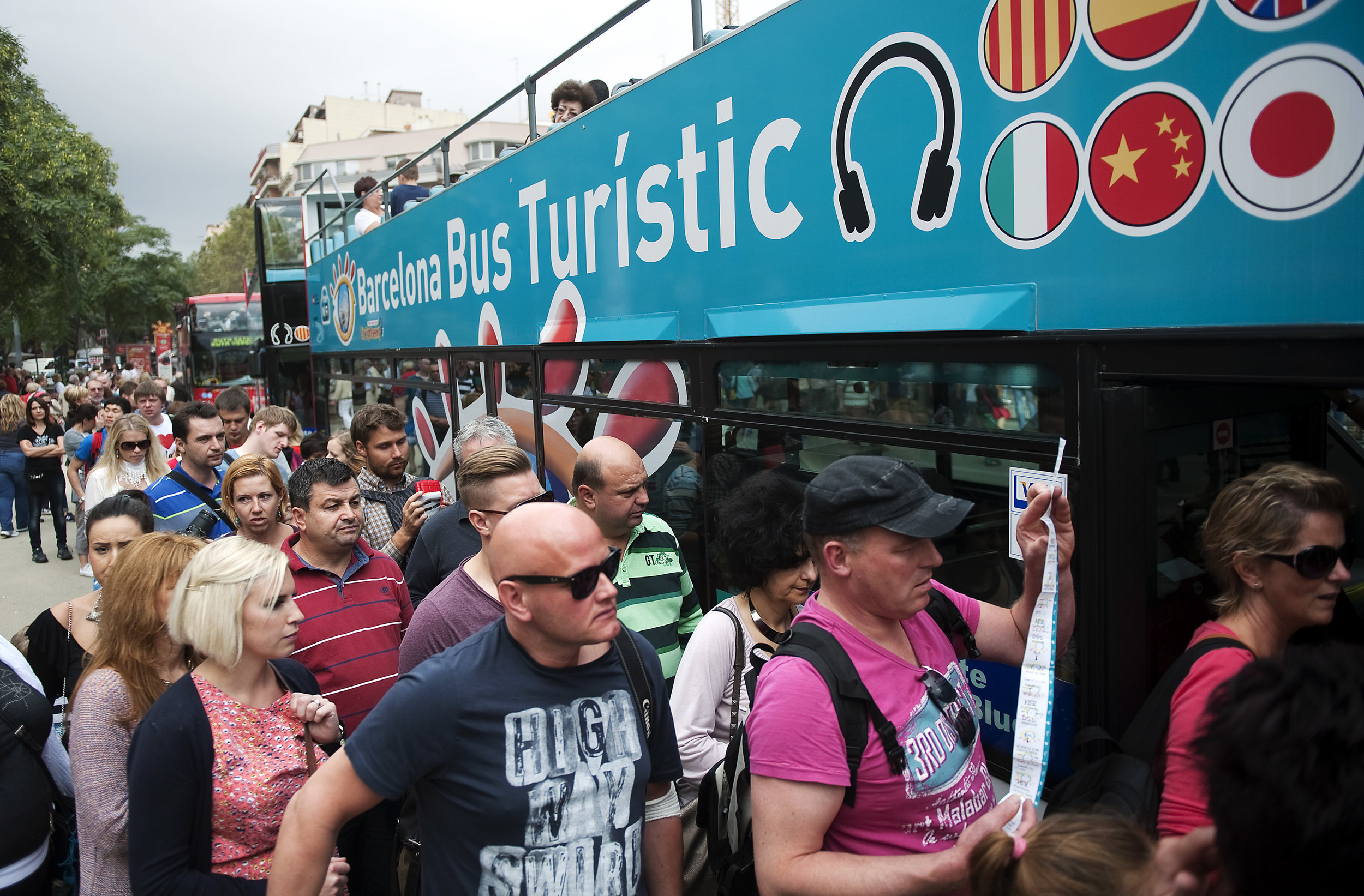 turistes-esperen-turistic-FRANCESC-MELCION_1212488943_6483755_3150x2070.jpg