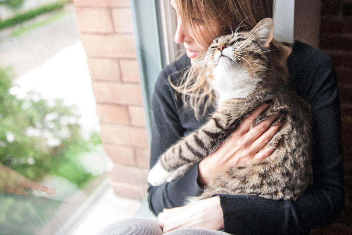 Chantal partage sa vie Shirow The Cat, qu'elle a adopté de la SPCA de Montréal  crédit photo: Brent Ashe