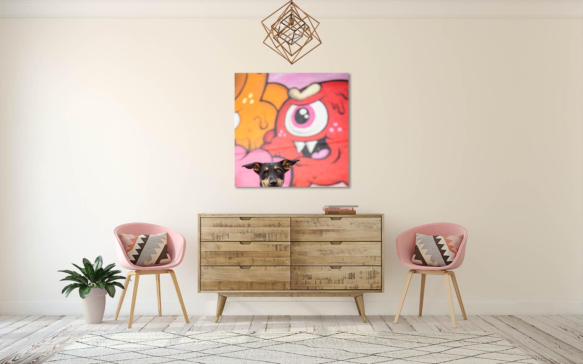 Avec les couleurs de la mural ça fait une oeuvre d'art originale pour la maison!
