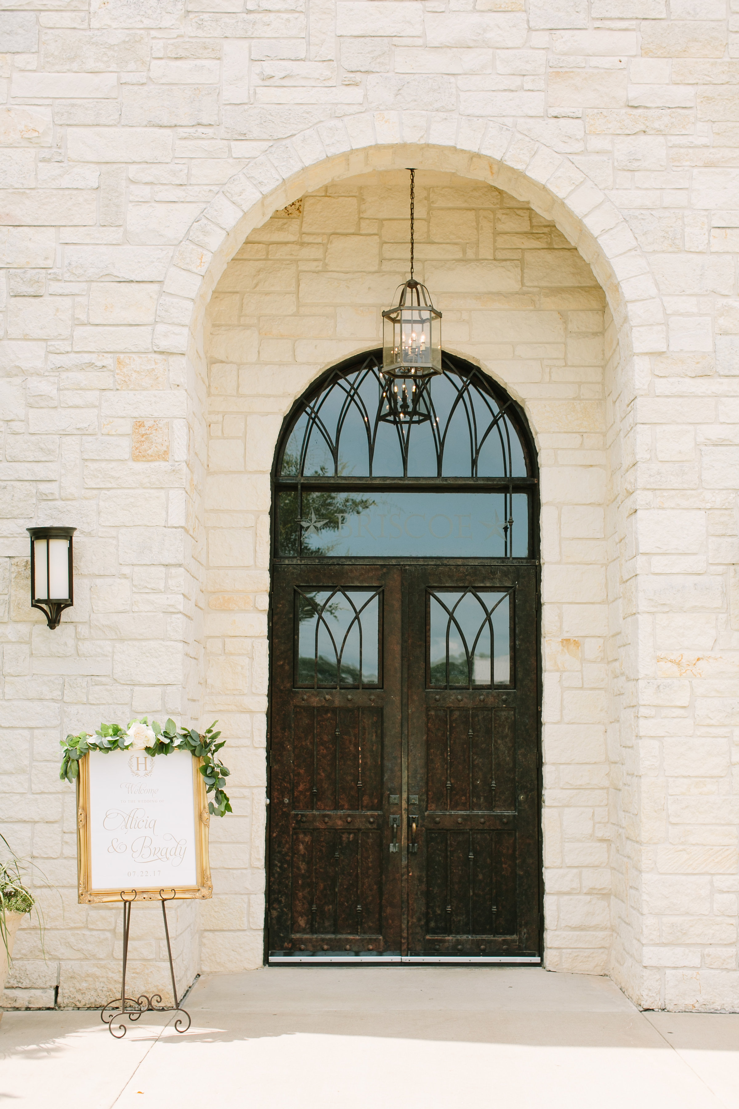 briscoe-manor-wedding-welcome-sign-garland-gold-greenery-white-floral-by-maxit-flower-design-in-houston-texas