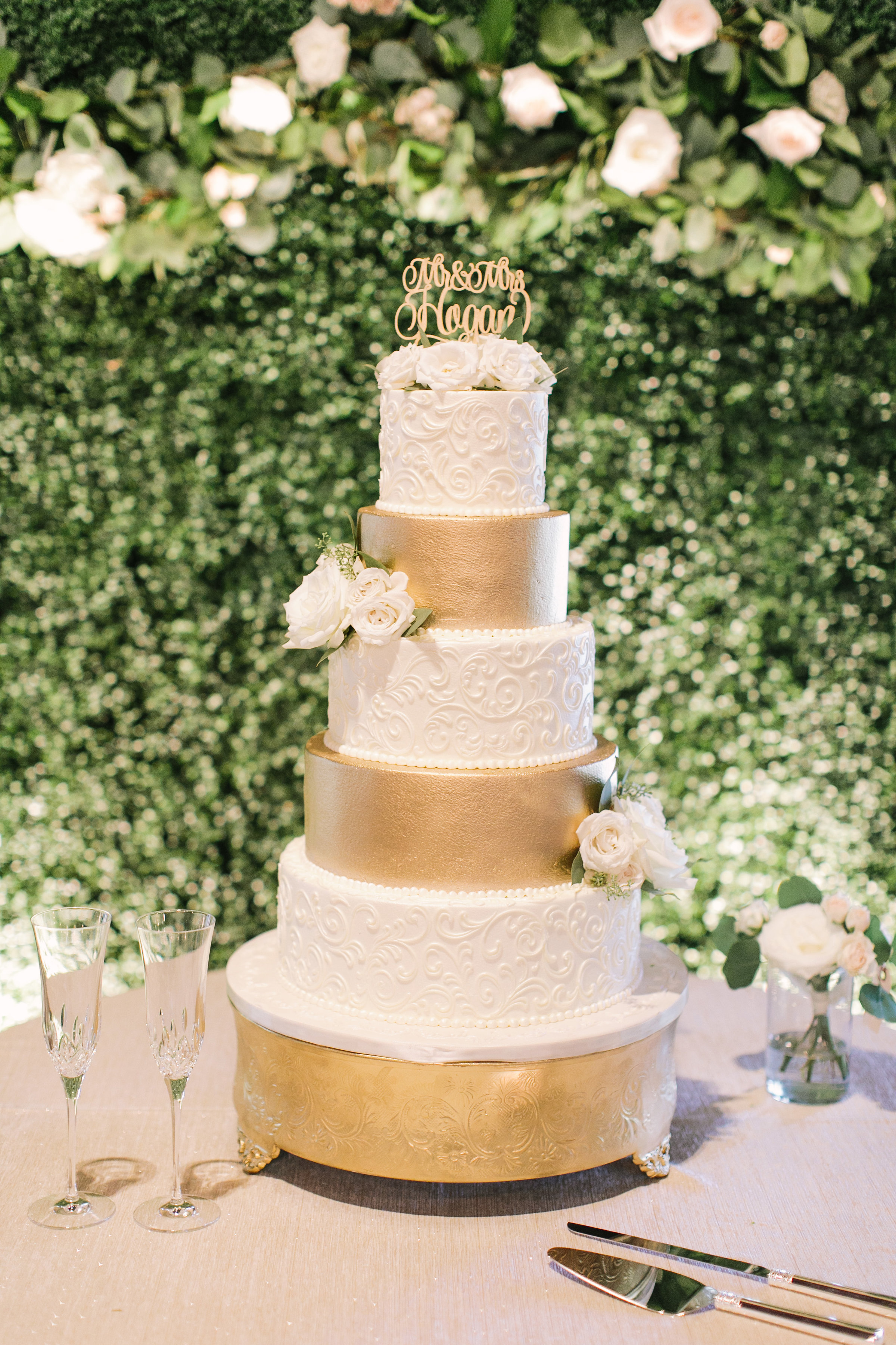 white-gold-cake-floral-details-greenery-backdrop-wedding-by-maxit-flower-design-in-houston-texas