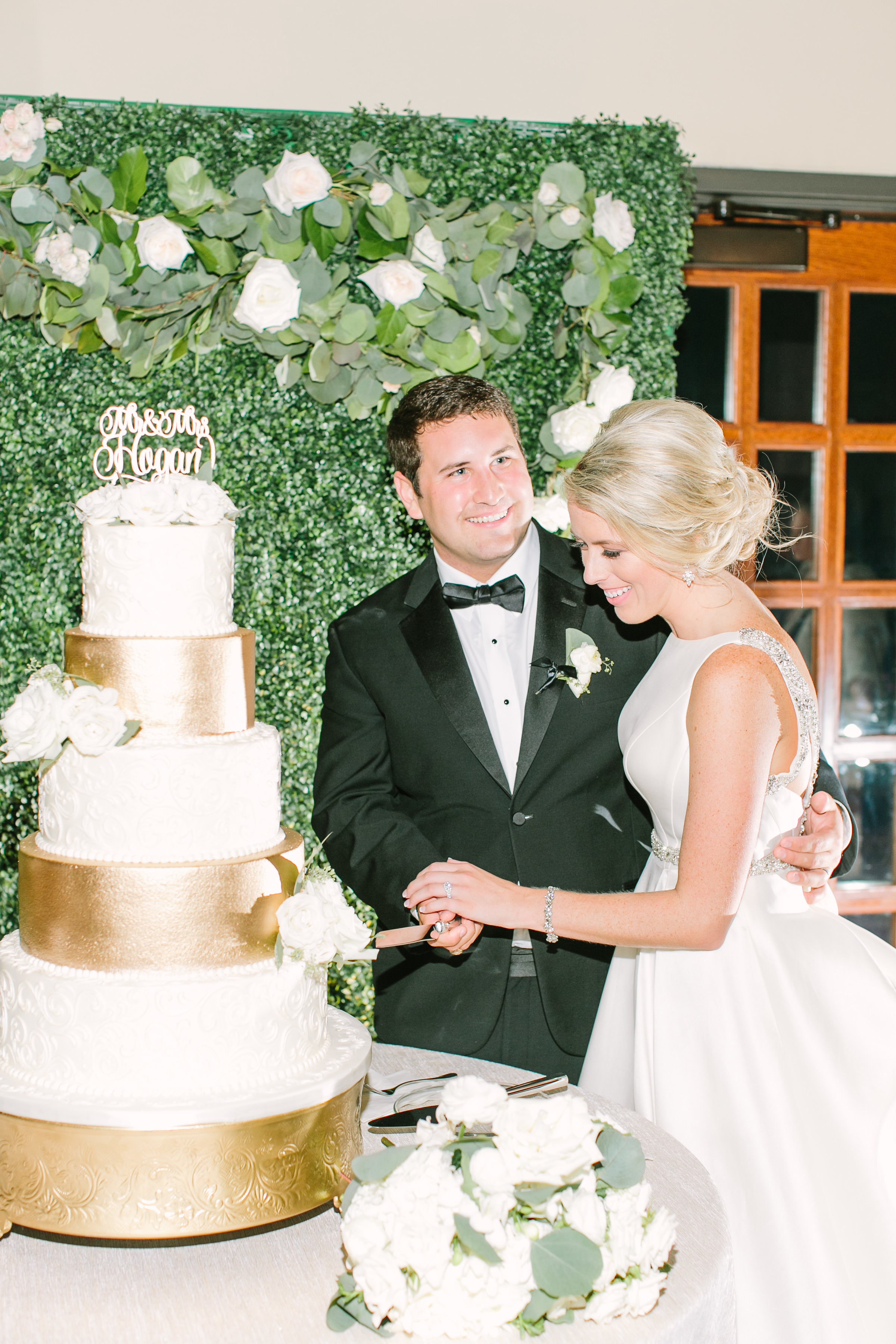 bride-groom-wedding-cake-gold-white-bouquet-greenery-backdrop-by-maxit-flower-design-in-houston-texas