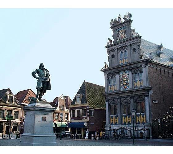 4377453-Rode_Steen_Hoorn_North_Holland_NL_2005-Hoorn.jpg