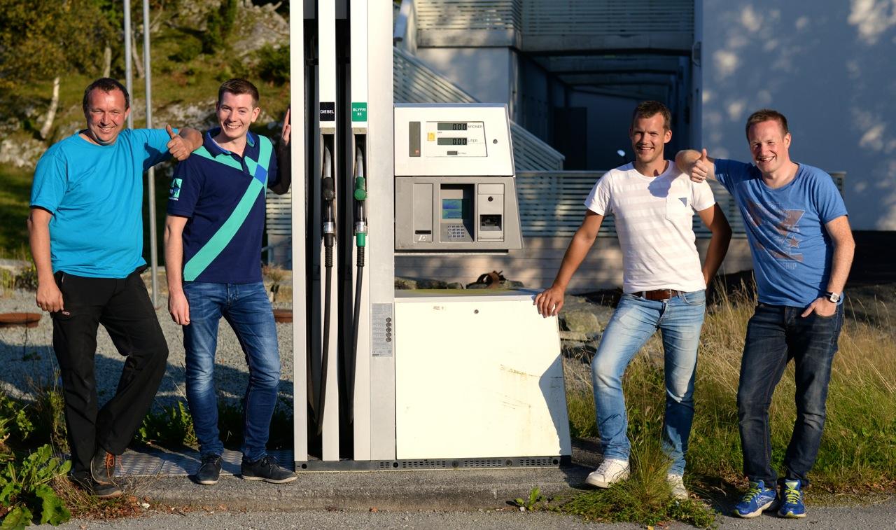 (f.v.) Kristoffer Østhus, Ivar Opsal, Øyvind Sandanger og Pål Rune Grønås er fornøyde eiere av drivstoffanlegget på butikken