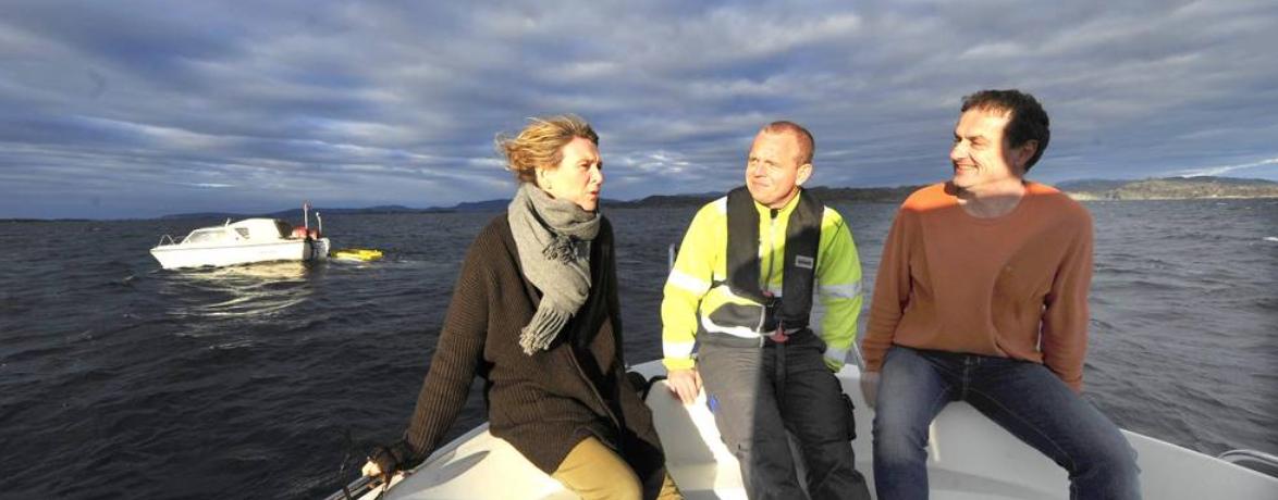 Morten Urhaug signaliserer at det ser lovande ut, til Hilde Gunn Bjelde og Jon Olav Runestad. Foto: Tor Inge Jøssang