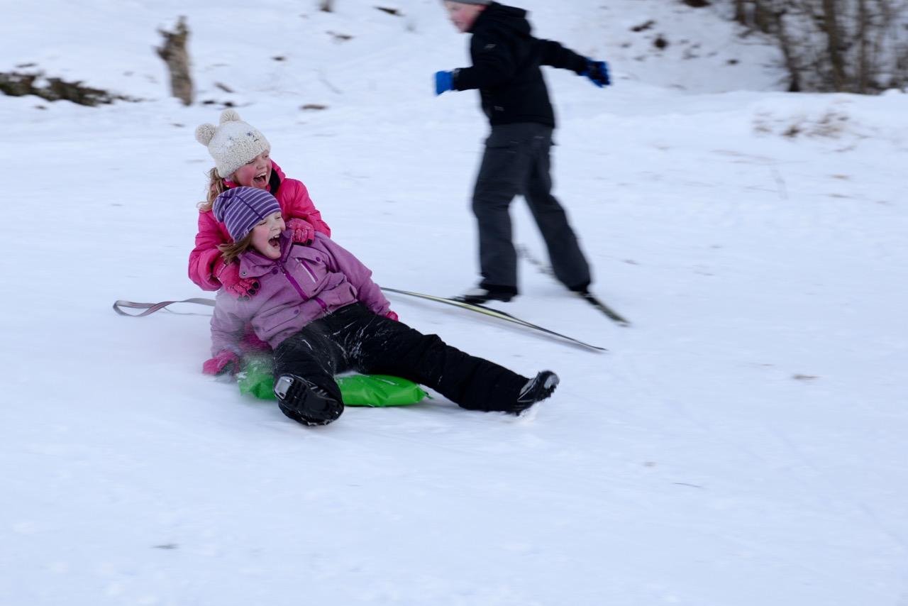 Mallin og Mathilde yrer av glede i det dei renn saman nedover bakken!
