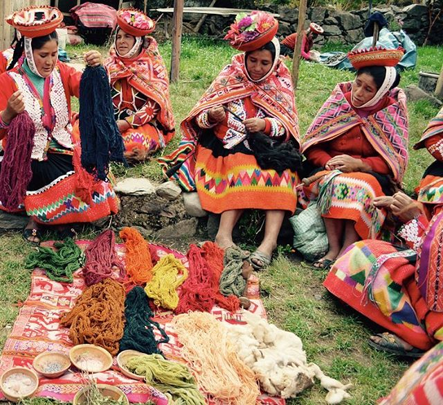 Cultura Quechua : Weavers of Huiloc have a true reverence for the terra firma, and celebrate it through the creation of beautiful hand spun fibers & textiles: all dyed from endemic wild herbs. Gracias @awamakiperu