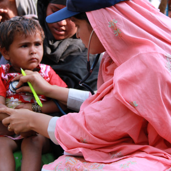 Flickr_-_DFID_-_A_female_doctor_with_the_International_Medical_Corps_examines_a_young_boy_at_a_mobile_health_clinic_in_Pakistan-350x350.jpg