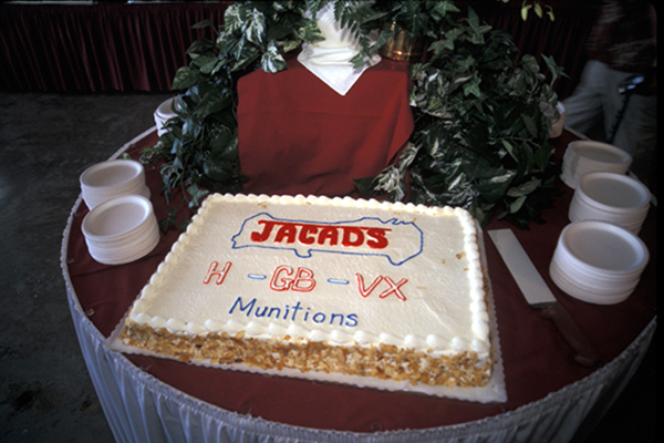 Cake celebrating the destruction of all chemical weapons on Johnston Island, including Mustard Gas (H), Sarin (GB), and VX Nerve Agent | Photo : US Army