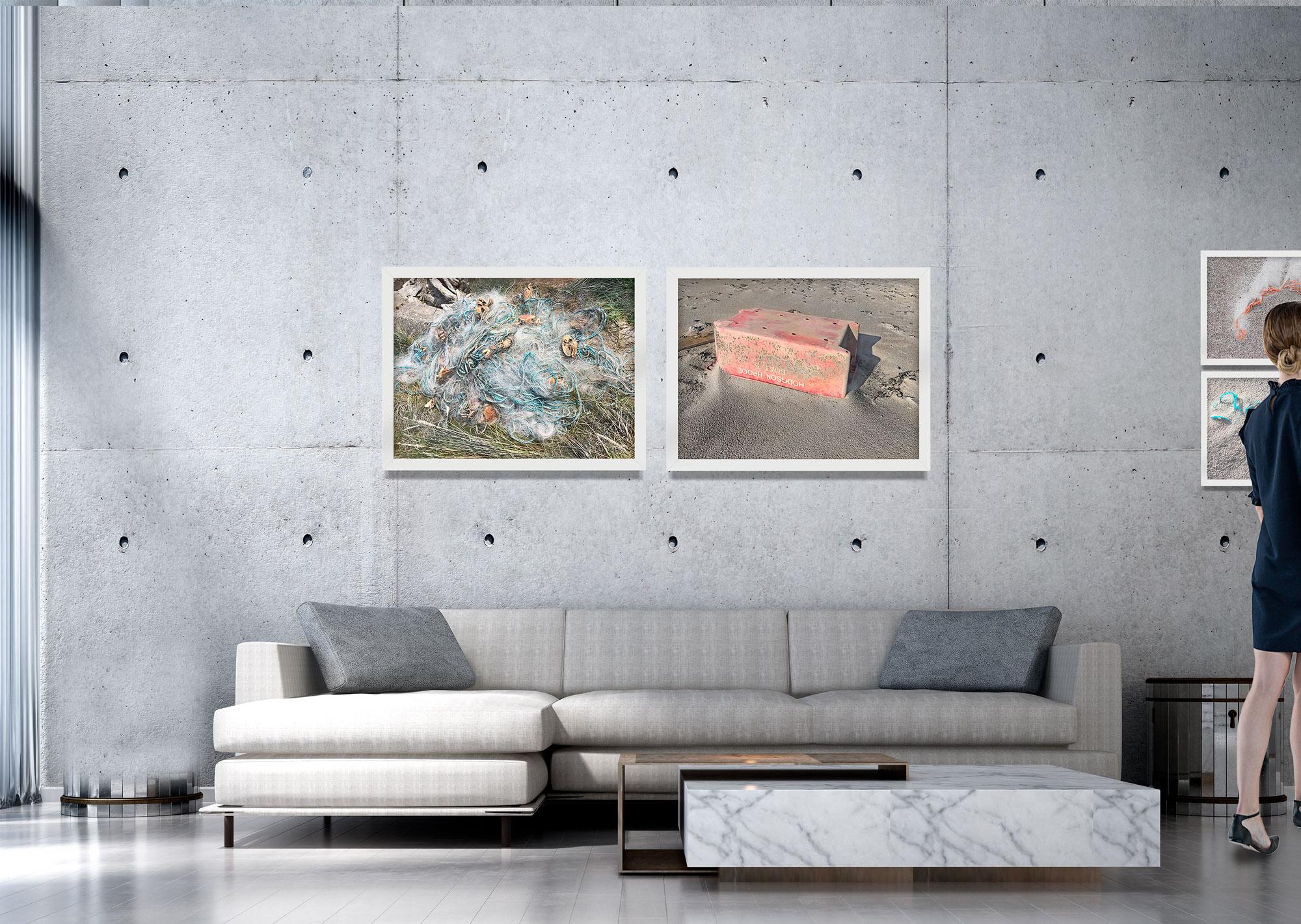 Vraggods fotografierne viser både kasser, dunke, net, snore og tønder - i mange farver og former. Nogle af objekterne kan identificeres via påskriften.