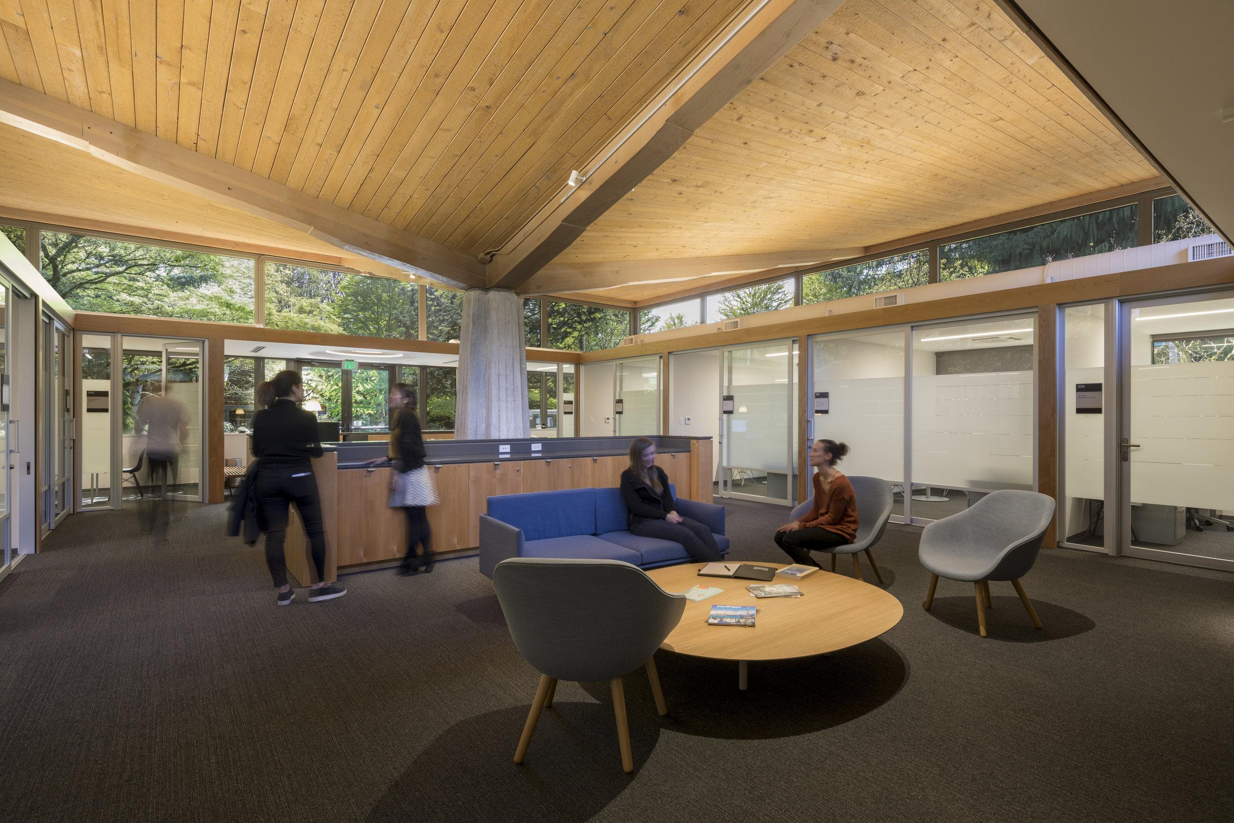 Lewis & Clark Law School lounge . Studio Petretti - SKL