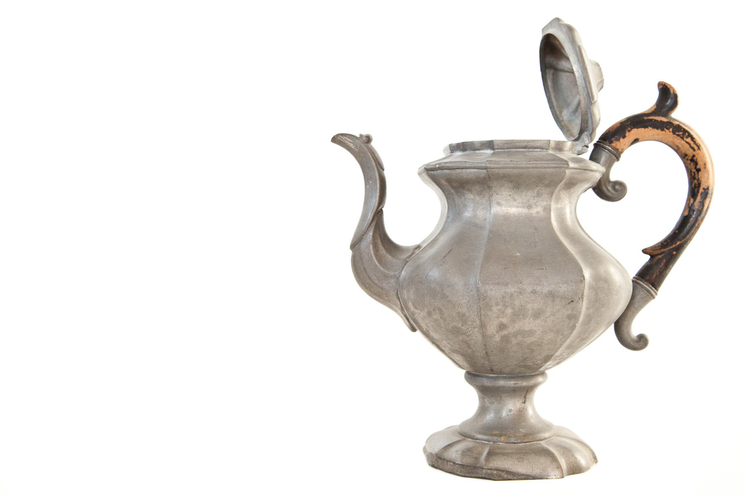 (V-021) PEWTER TEAPOT WITH WOODEN HANDLE