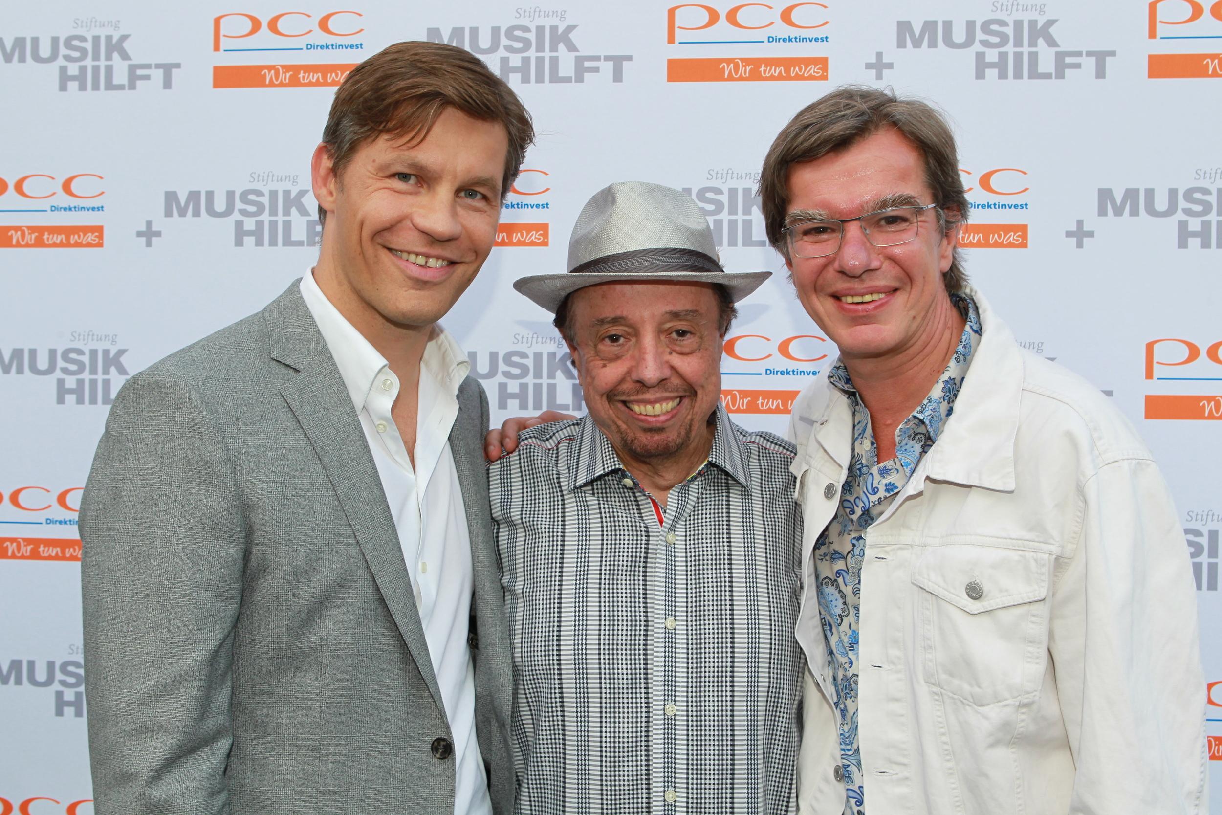 Frank Briegmann und Christian Kellersmann von Universal Music gemeinsam mit Sergio Mendes (© public adress)
