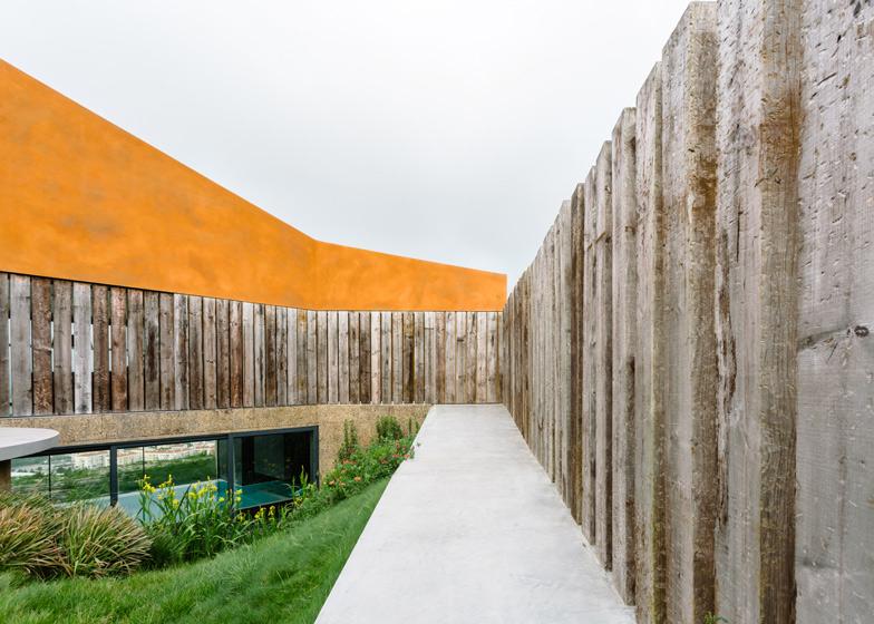 Color-rame-e-traversine-ferroviarie-in-disuso-per-la-Varatojo-House-in-Portogallo-by-Atelier-DATA-ddarcart-03.jpg