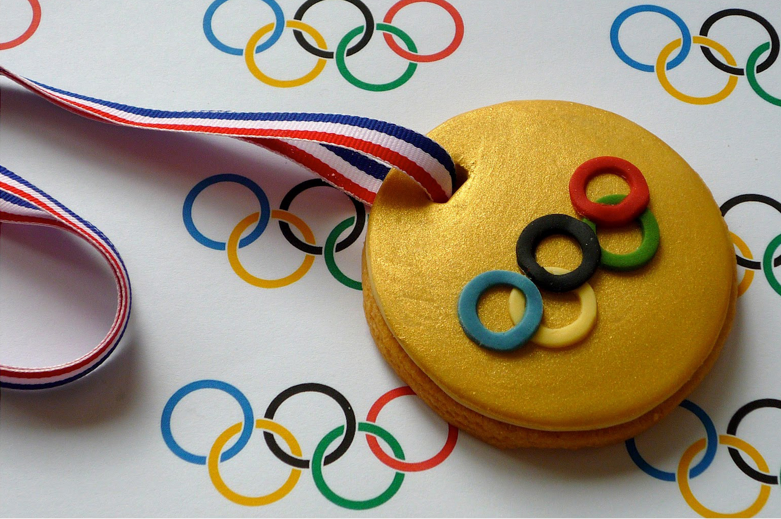 We love these little gold medal cookies!! Photo & Tutorial:    http://tinyurl.com/plzzl4y