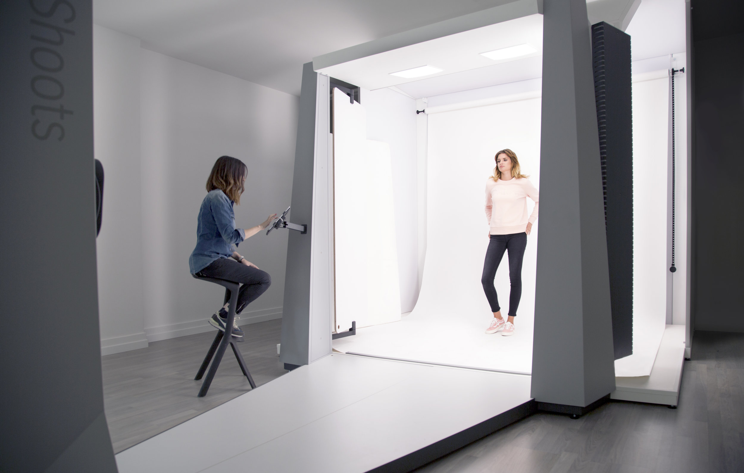 The StyleShoots Live is a compact studio capable of capturing both stills and video with a  Canon EOS 5D Mark III  camera (soon to be a  Canon EOS R  instead) with a  Canon EF 24-105mm f/4L IS USM  lens. Its software even offers customisable presets to configure the camera position, tilt, and zoom for fast setup and consistent results. © StyleShoots BV