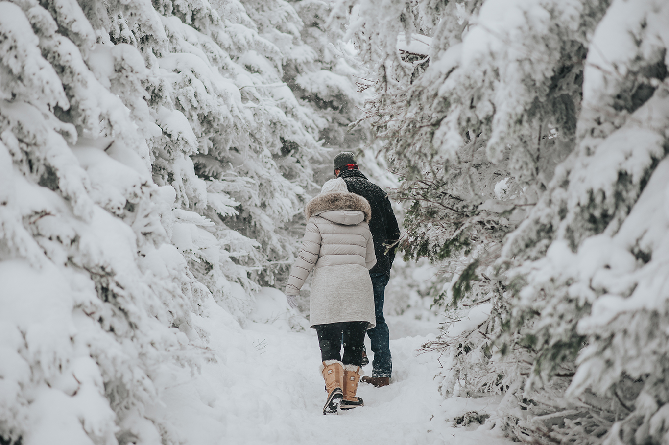 couple-walking-vermont-winter-engagement-session-killington-peak-idena-photographer.jpg
