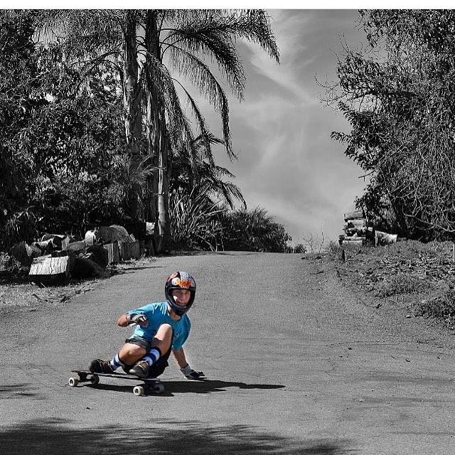 Team rider @eddie_j_h. Thane down the driveway #palisadeslongboard