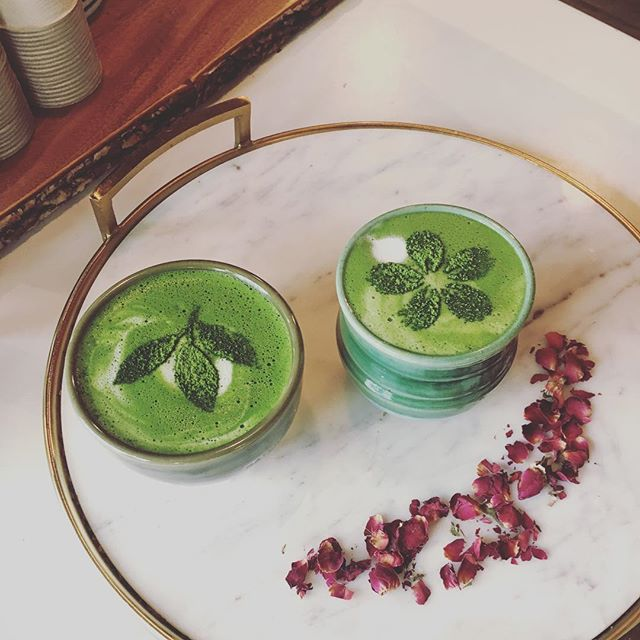 Super yum matcha with Emma from @mindbodygreen ! We love when we can put a real human face to the name of an online contact. Thanks for the chat, Emma! 💚 Also, can you see the goofy smiling face of matcha/rose petals? @spedasaurus, we know you already did 😋