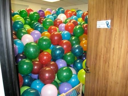 lol-prank-office-room-filled-with-balloons-joke.jpg