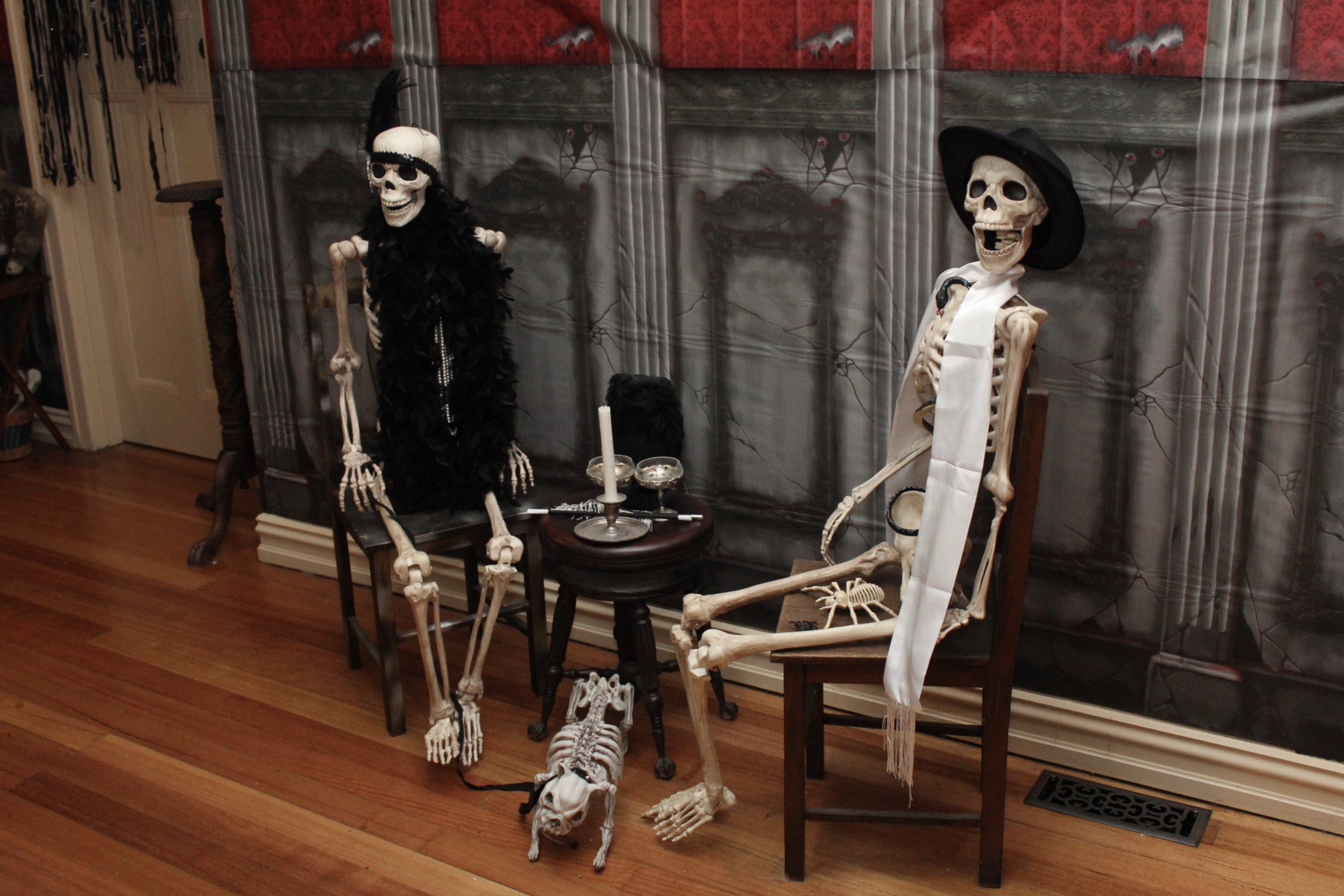 The Addams Family Party - Two skeletons for Halloween