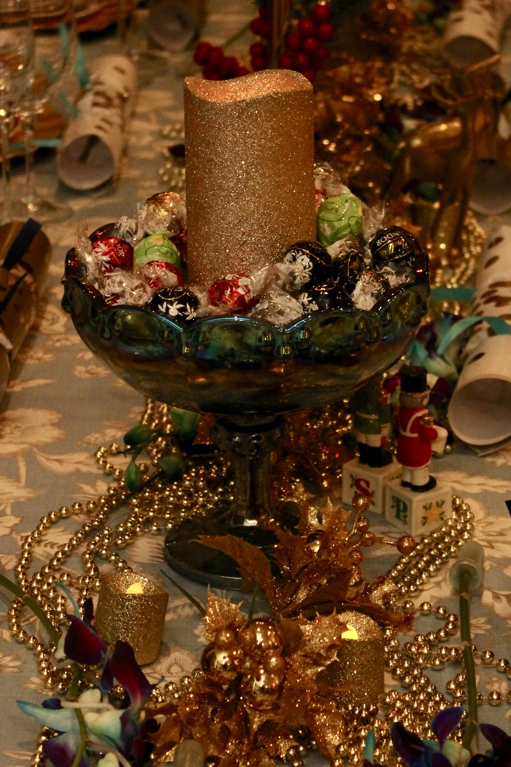 Use lots of gold beads to decorate the table