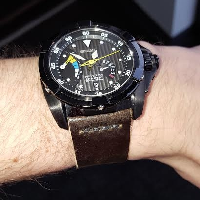 An impressive 26 mm Seiko Kinetic on Cigar shell with partial seam.