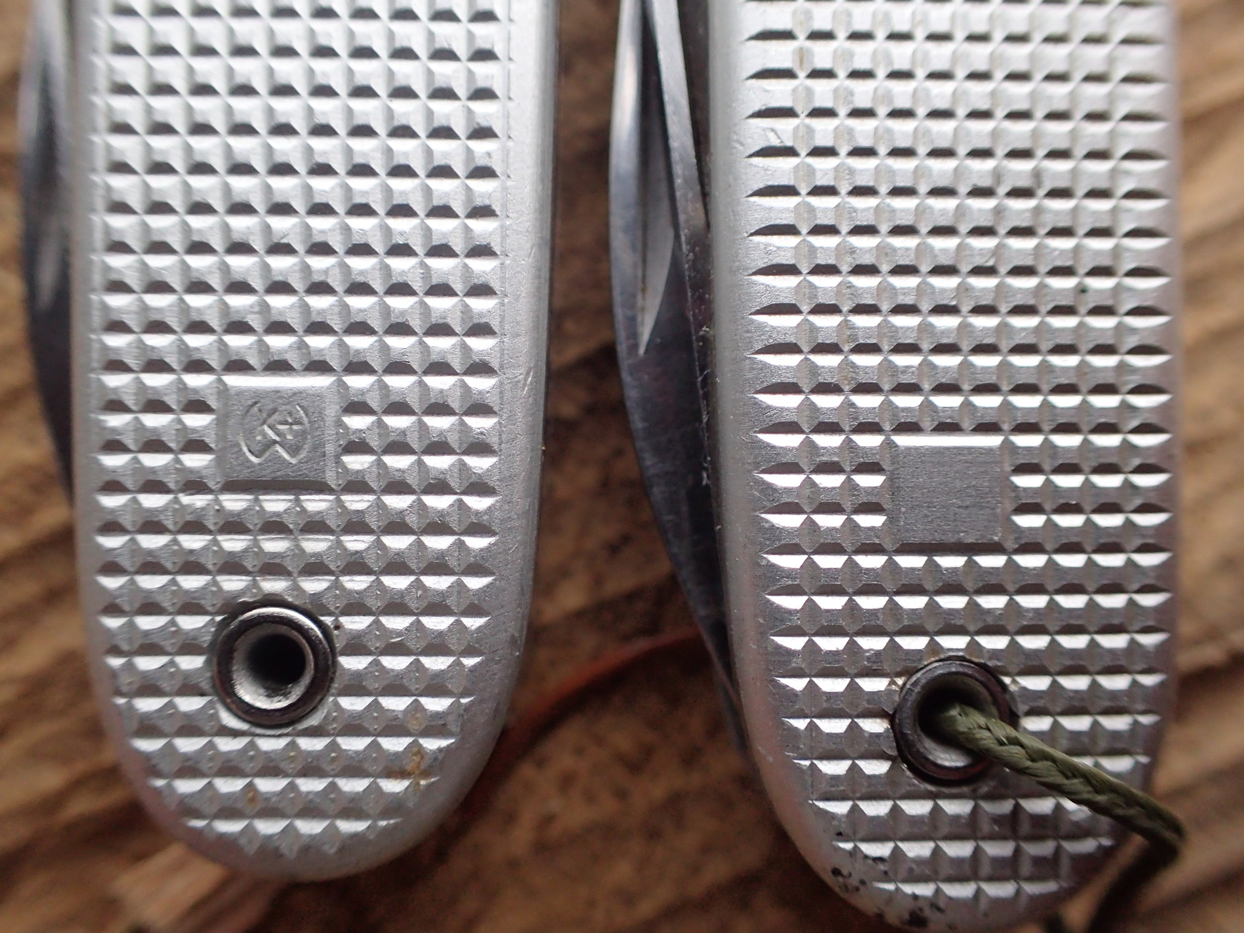 The cartouche with and without W-K stamp on version 4 SAKs. These knives date from '81 (L) and '83 (R).