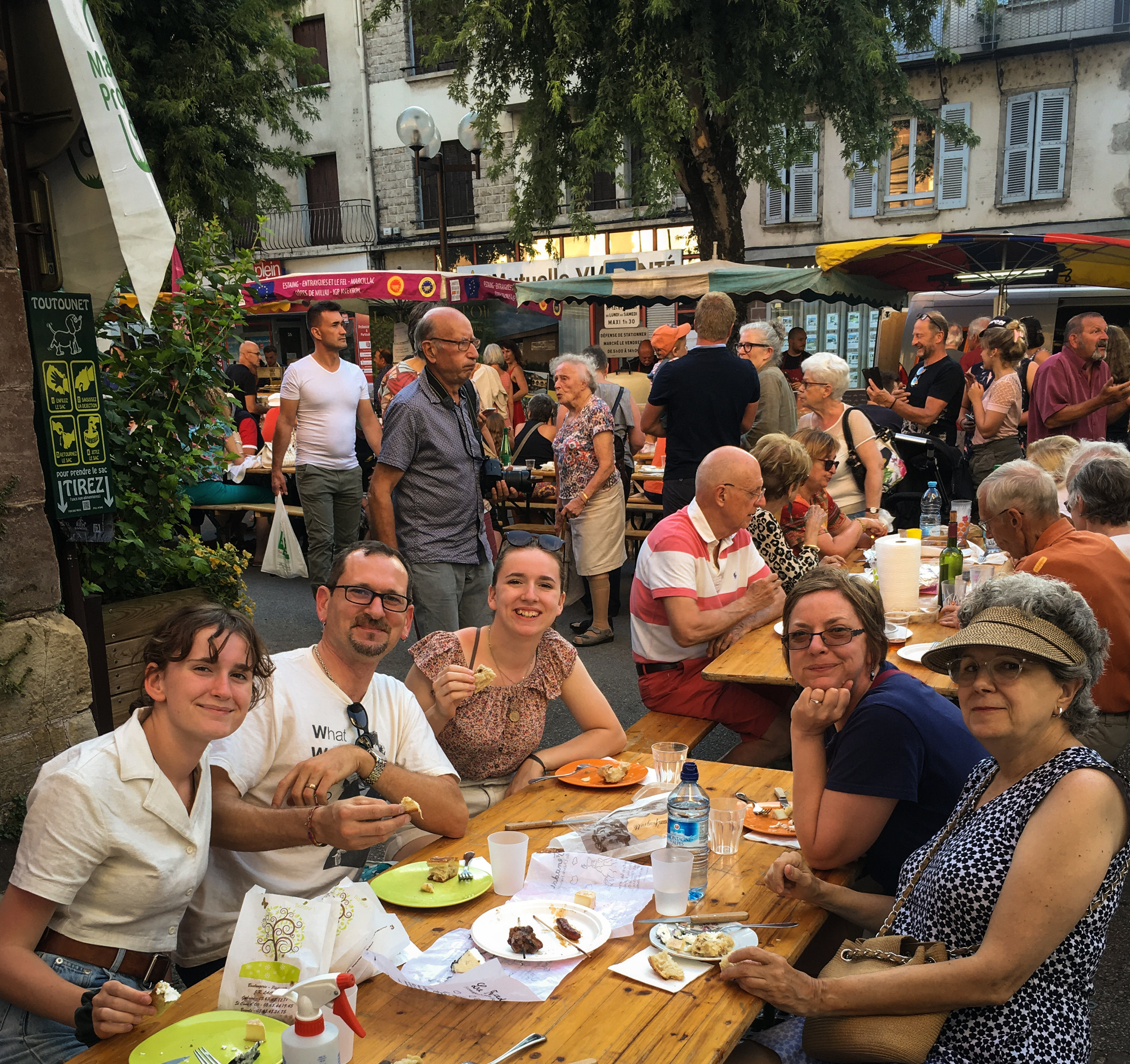 Dinner for the entire family at Espalion nightly Farmers' Market. A full immersion in the real France and its culture.