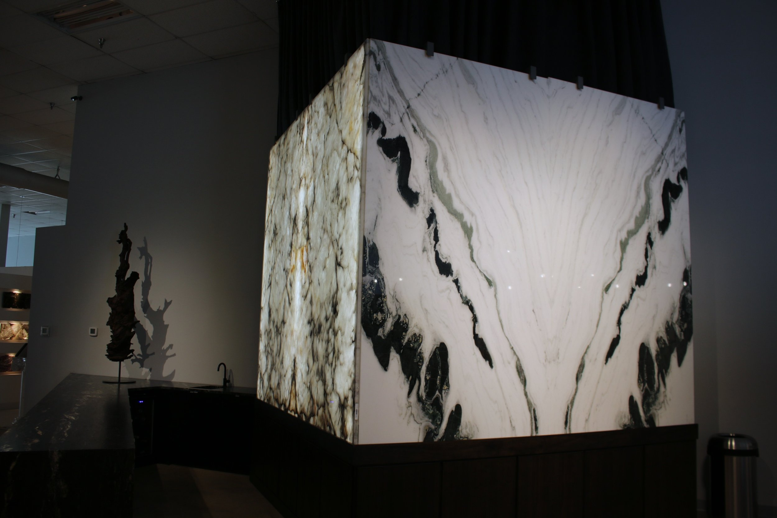 A spectacular display of book matched Ice Pearl Quartzite and Bianco Lasa Macchia Vecchia at Allied Stone Photo: Lisa Stewart Photography