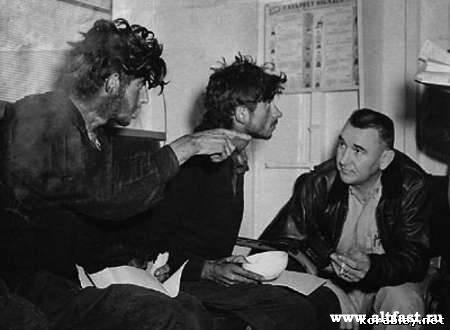 Twee van de drie Russische soldaten, kort nadat ze zijn opgepikt door de USS Kearsarge