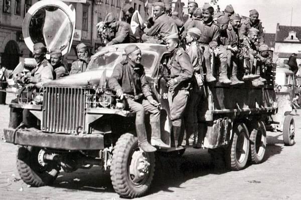 Sovjetsoldaten op een Studebaker