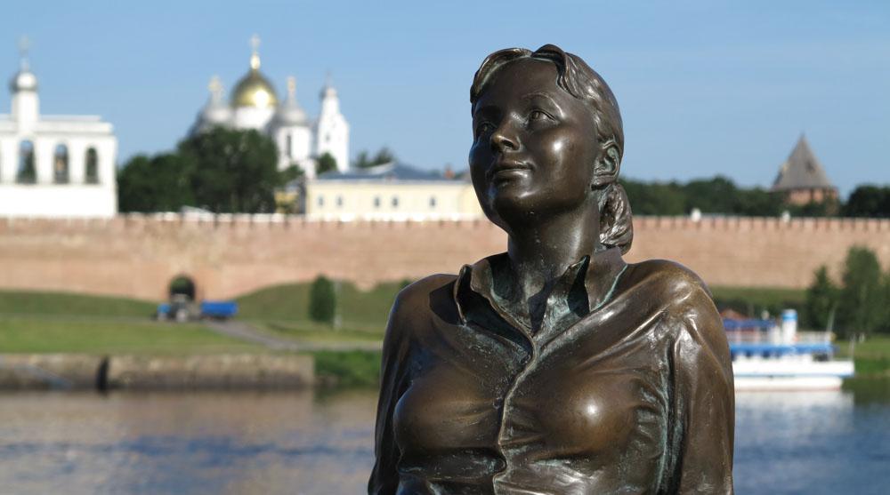 Novgorod standbeeld meisje Kremlin
