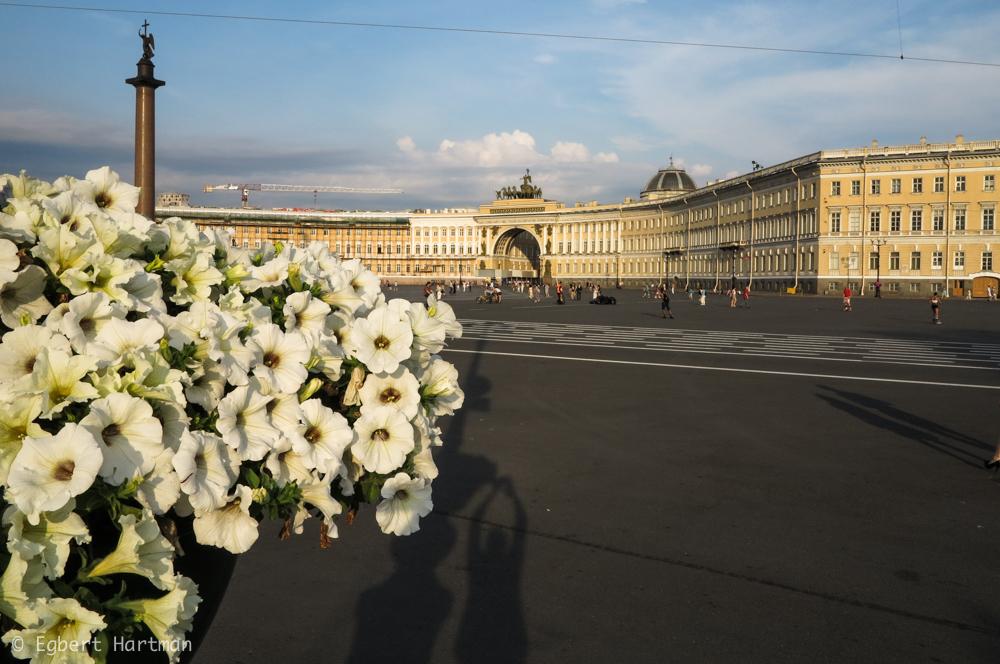Paleisplein Generale Staf Hermitage Winterpaleis Sint-Petersburg zomer bloemen