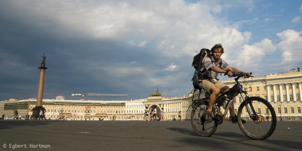 fietser Paleisplein Generale Staf Winterpaleis Hermitage Sint-Petersburg zomer