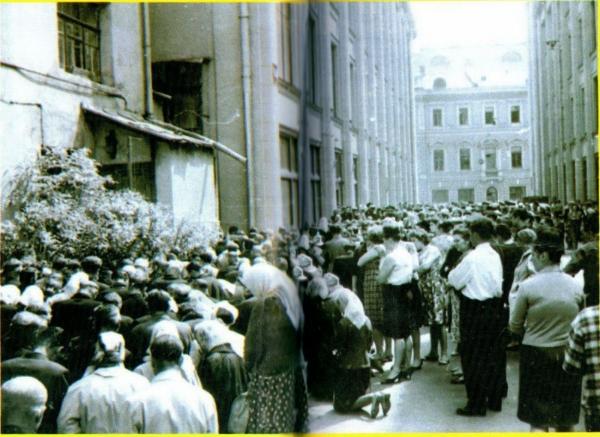 Baptisten bij het gebouw van de Opperste Sovjet in Moskou, 16 of 17 mei 1966