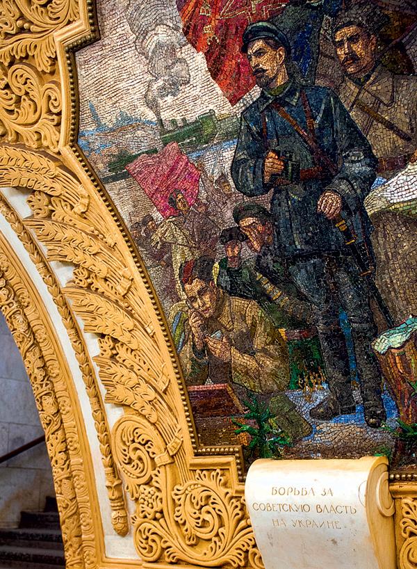 soldaat mobieltje Kievskaja metrostation Moskou