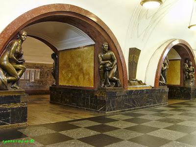 standbeeld voetballer Metro Moskou