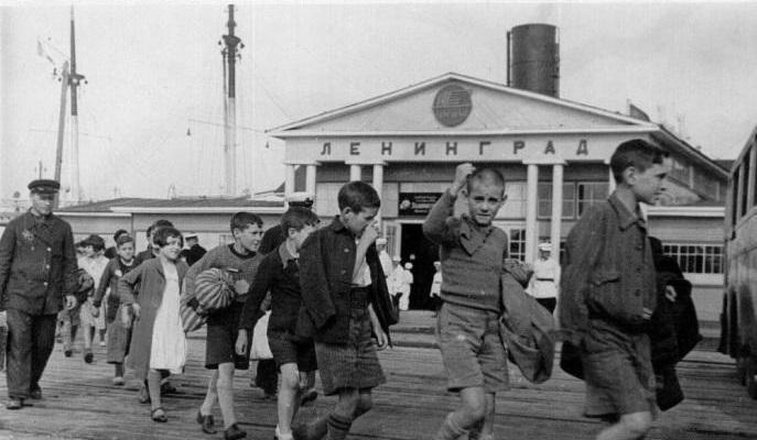 Spaanse kinderen arriveren in Leningrad