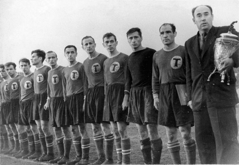 Tweede van links: Agustín Gómez in het shirt van Torpedo Moskou