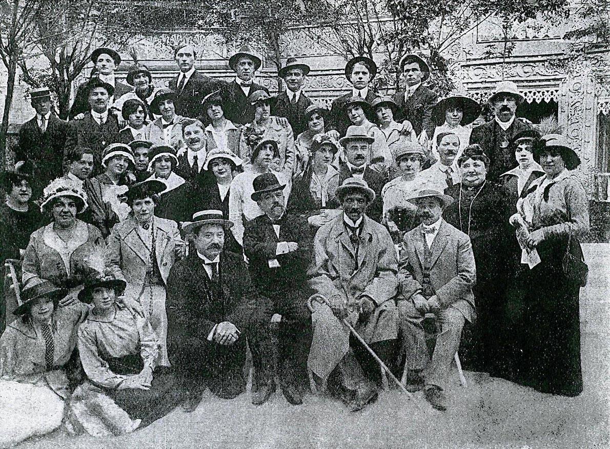 Frederick met artiesten in de tuin van Aquarium (1912)