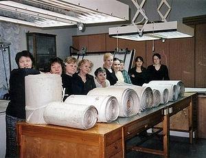 Medewerksters van de Hermitage met de negen rollen van Pjasetski's panorama