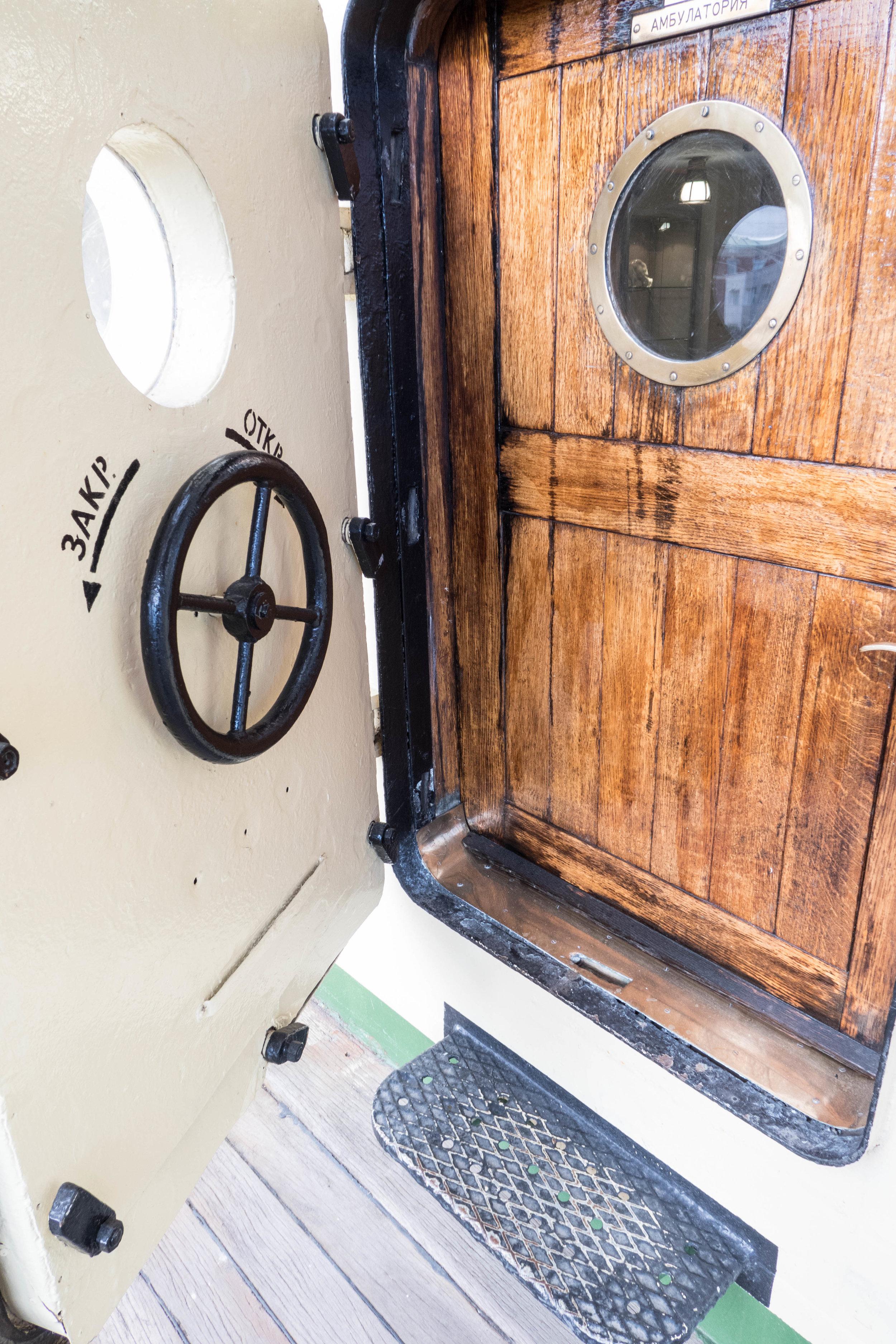 De deur met de hoge drempel