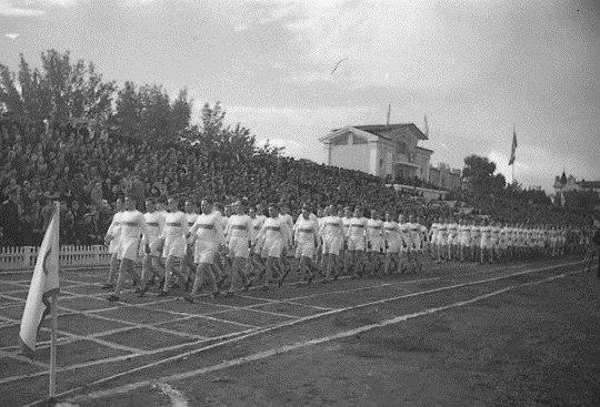 Парад физкультурников на открытии стадиона.jpg