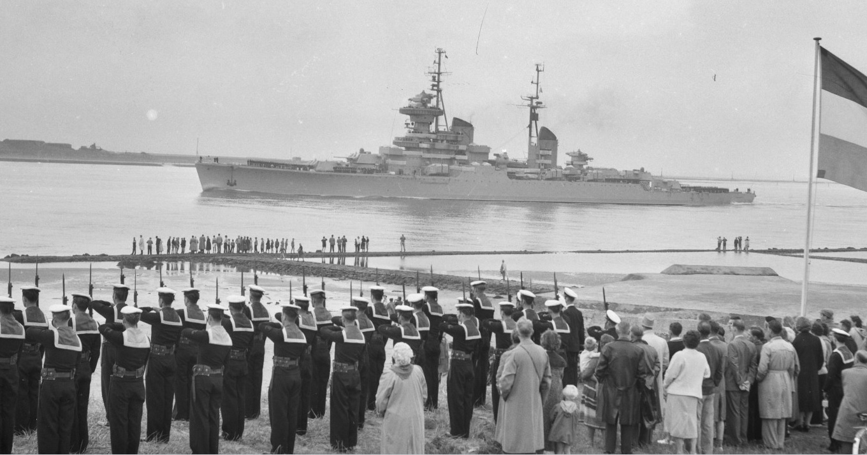 06-4474549-bezoek-russische-vlootsmaldeel.-kruiser-sverdlov-passeert-de-hoek-van-holland-20-juli-1956.jpg