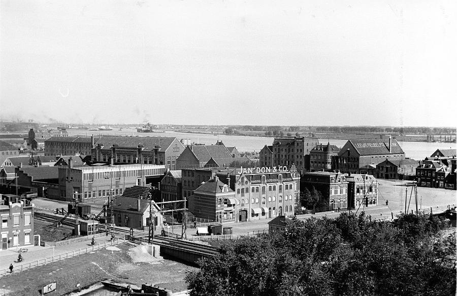 In het midden het pakhuis/kantoor van mijn vaders bedrijf (firmanaam: Jan Don & Co) in 1938. Afgebrand in 1960.