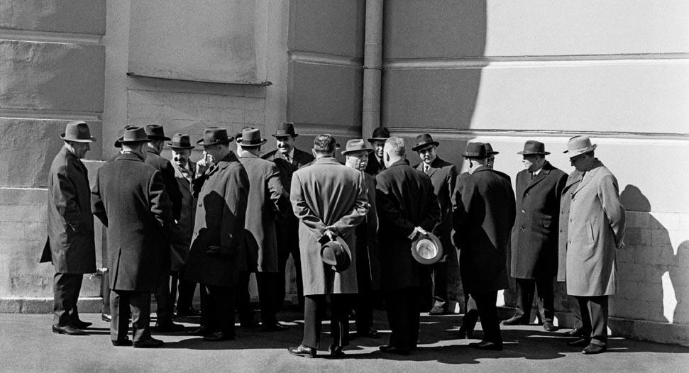 De Politburo-leden wachten tot ze het mausoleum op kunnen (1980)