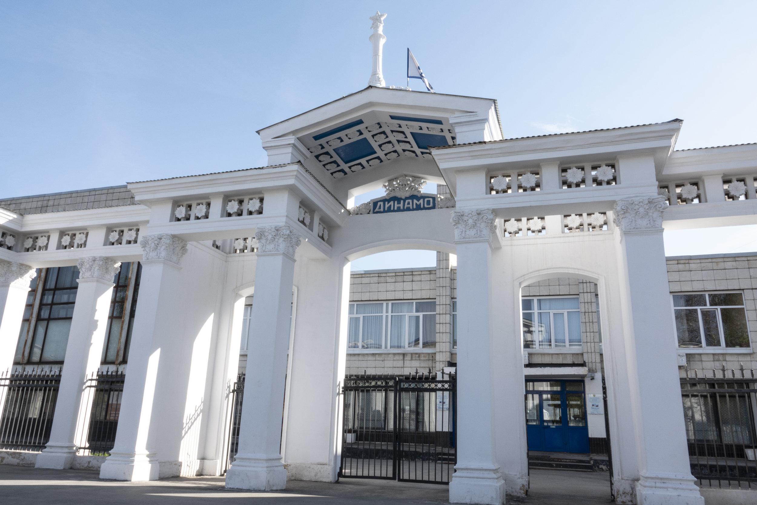 De toegangspoort aan de Lev Tolstojstraat heeft nog allure ...
