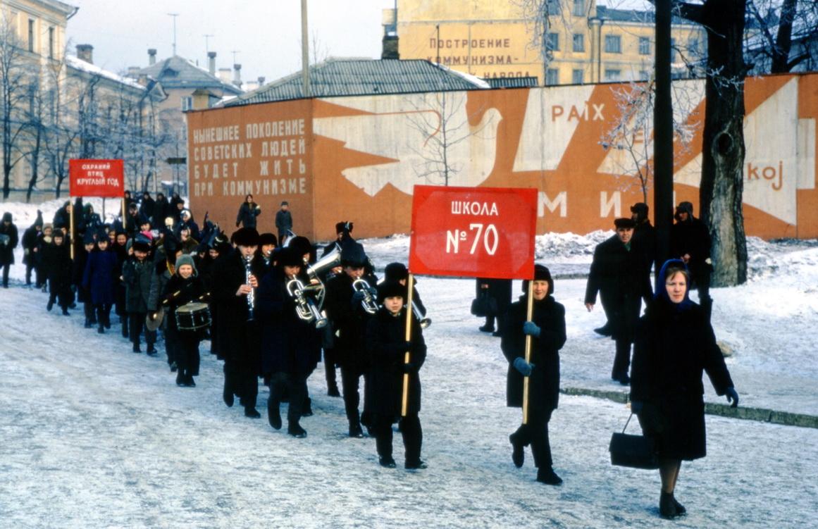 """Jaroslavl (1964). School nummer 70. Op het achterste rode spandoek staat: """"Bescherm de vogels het hele jaar."""""""