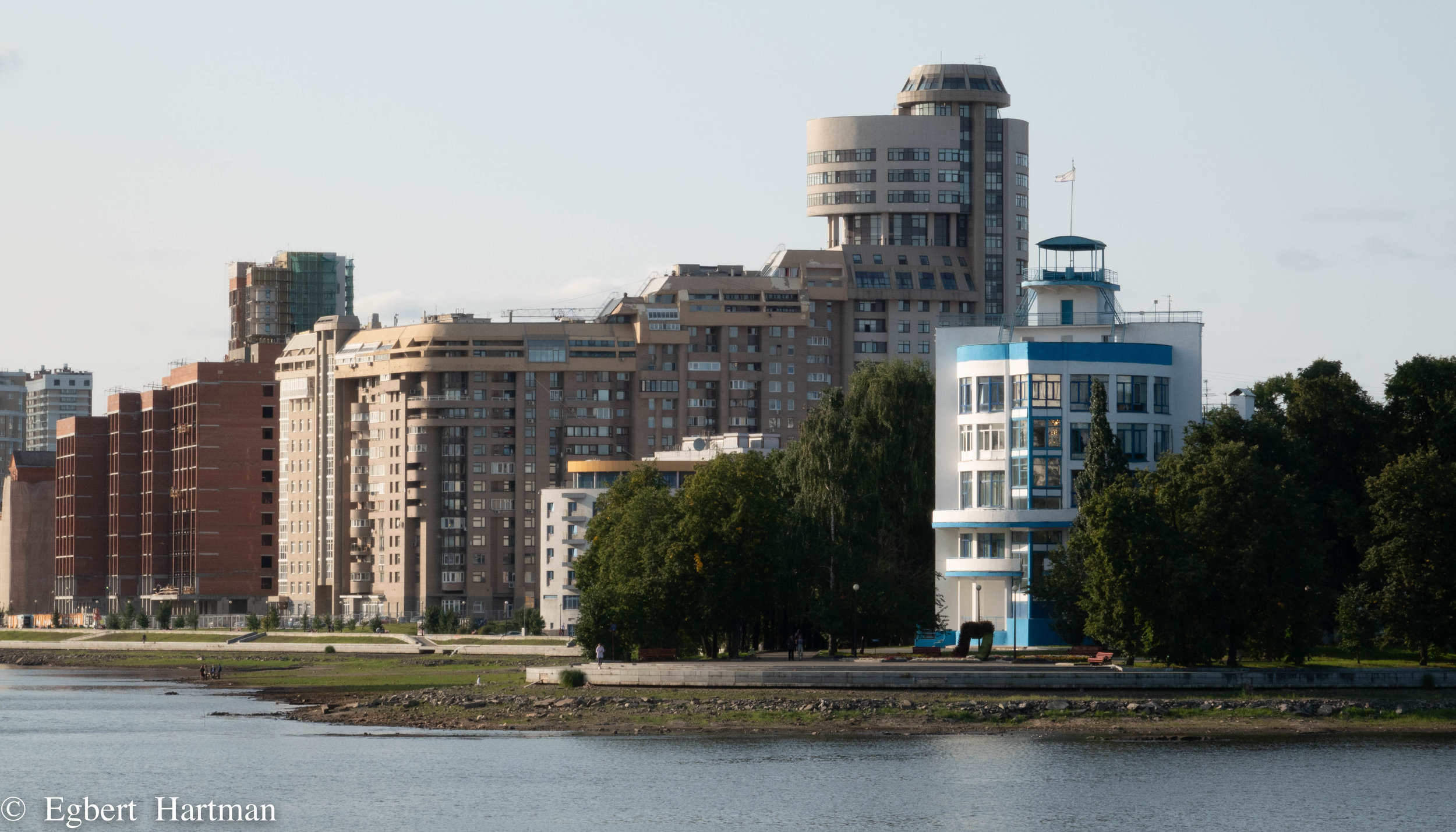 """Het blauw-witte Dinamo gebouw uit 1934, met fijne nieuwbouw erbij.(""""Dan doen wij ook zo'n leuk torentje erop"""", zullen die nieuwbouwers gedacht hebben. Stelletje idioten.)"""